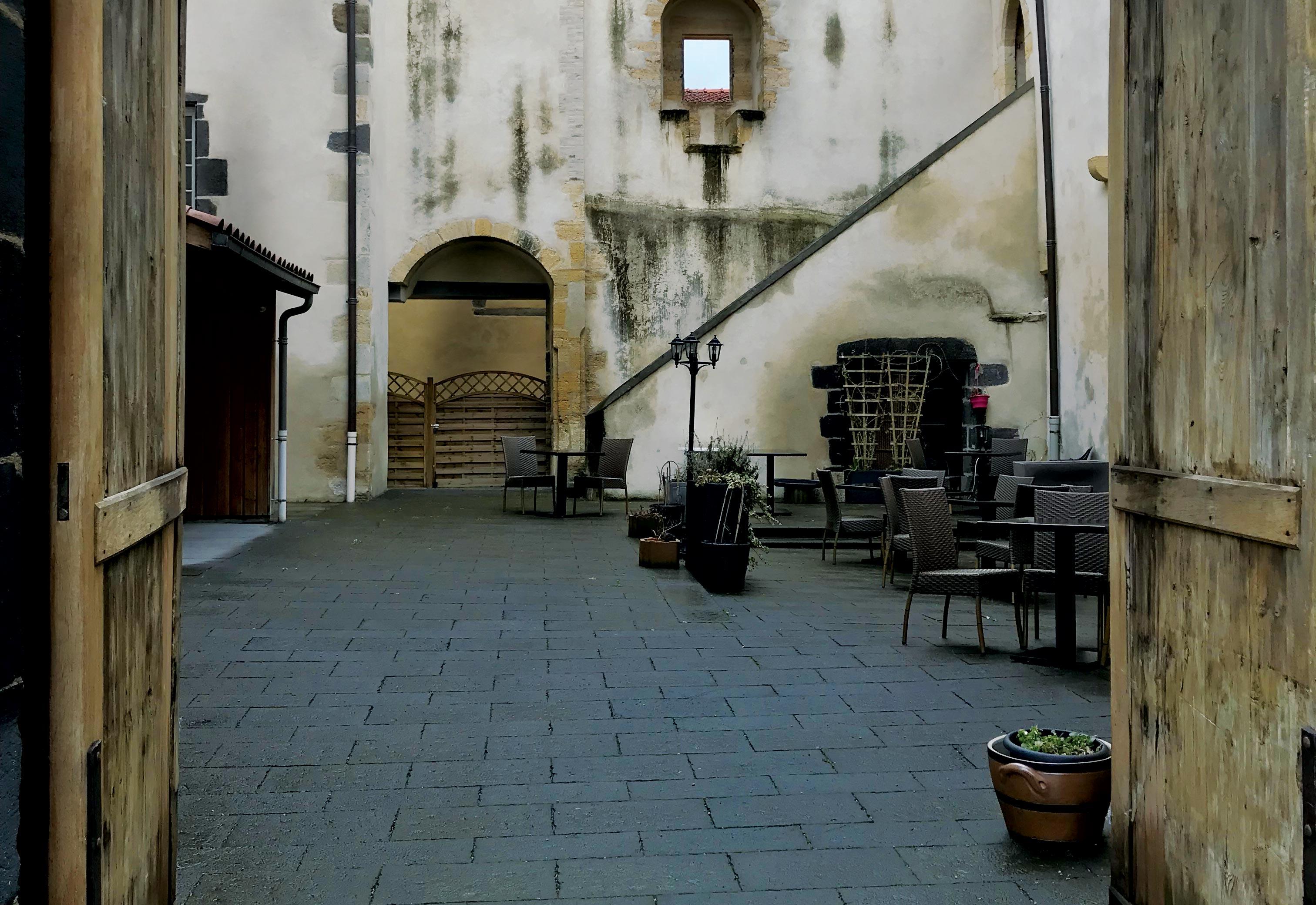 Aménagement de la cour du chateau